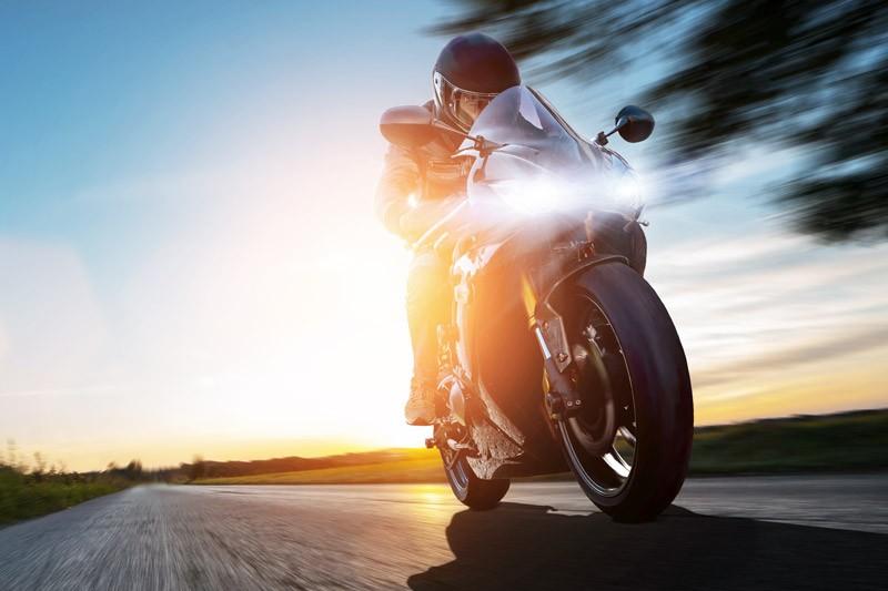 AdobeStock_290044282_Motorrad-Rennmaschine_800px-breit